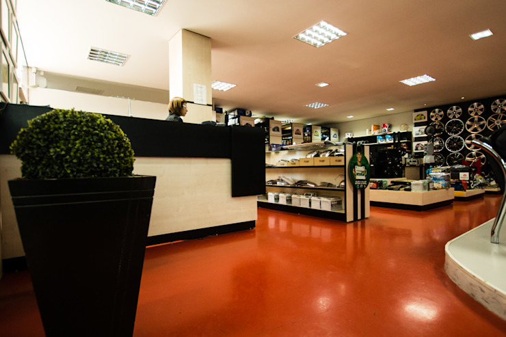 Loja KM PNEUS Espaços comerciais modernos por Veridiana Negri Arquitetura Moderno