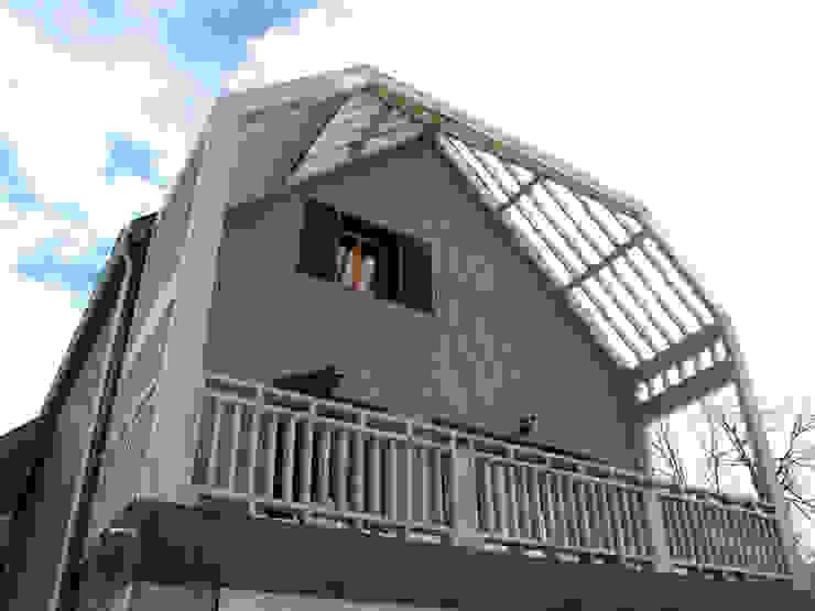 la terrasse (traitement saturateur gris par maître d'ouvrage en cours + en attente couverture polycarbonate) Atelier S Balcon, Veranda & Terrasse ruraux