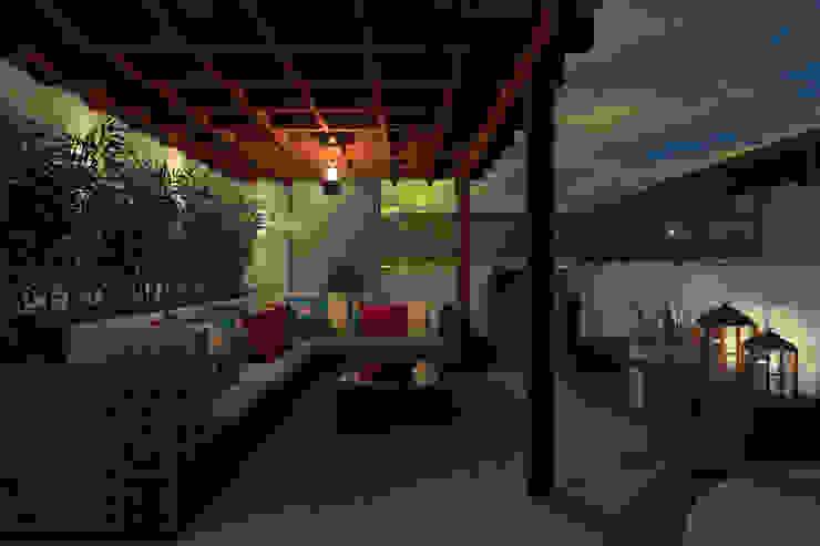 Gazebo Cobertura - RJ. Varandas, alpendres e terraços tropicais por Konverto Interiores + Arquitetura Tropical