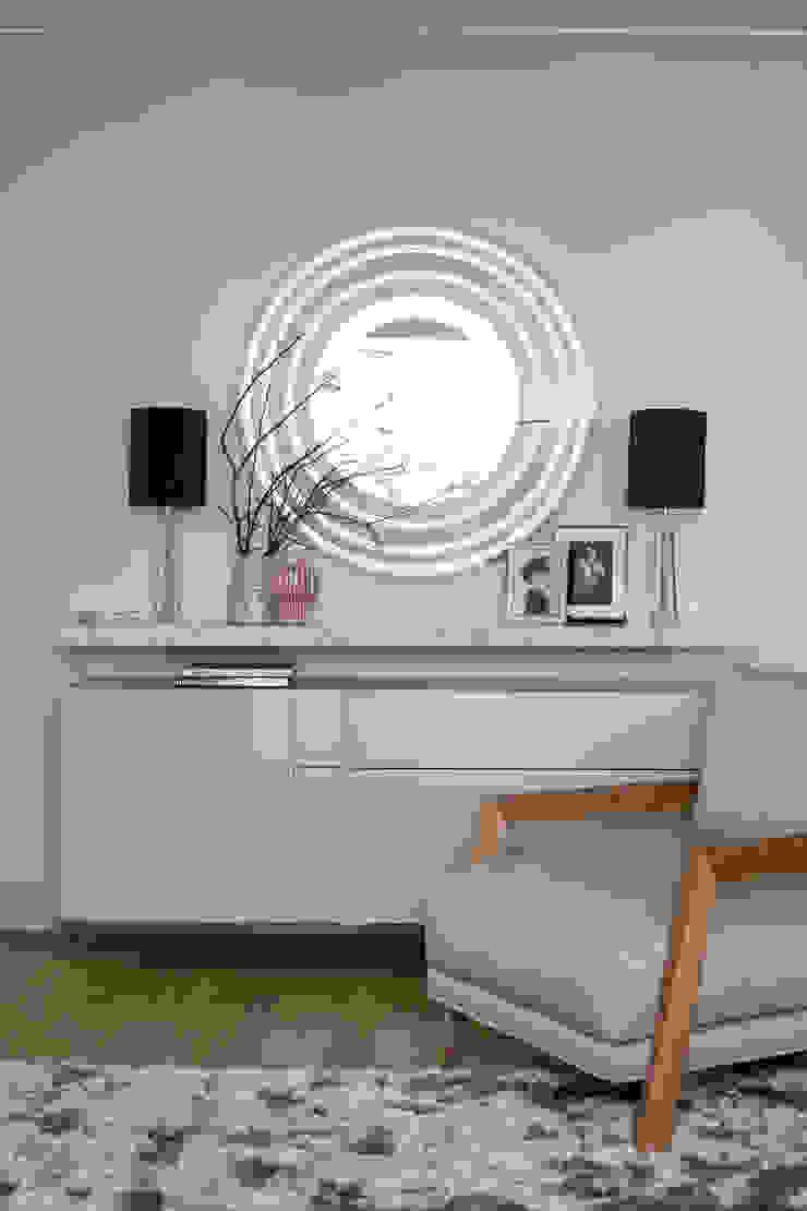 Подвесной комод Egelasta и кресло Time от барселонской фабрики Joquer в гостиной Гостиная в стиле модерн от Barcelona Design Модерн