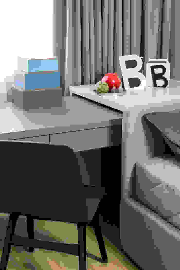 Настольная лампа Linda от барселонской фабрики Faro и письменный стол под заказ от Egelasta в детской Гостиная в стиле модерн от Barcelona Design Модерн