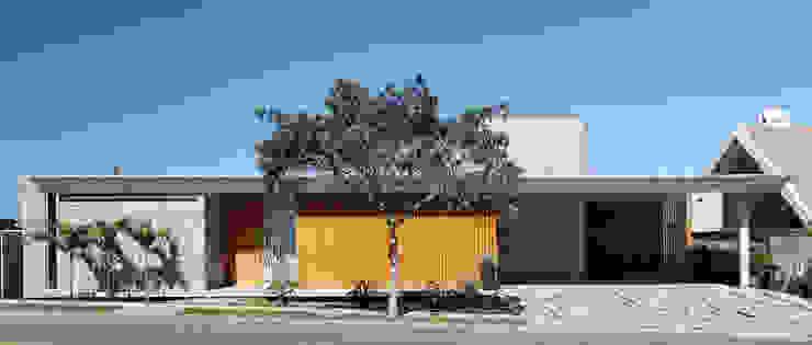 Casas de estilo minimalista de Skylab Arquitetos Minimalista Madera maciza Multicolor