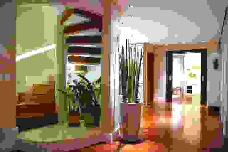現代風玄關、走廊與階梯 根據 MeyerCortez arquitetura & design 現代風