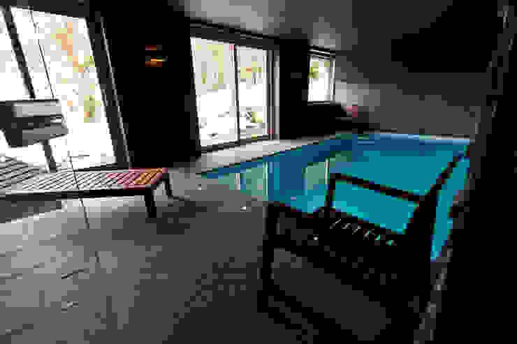 Chalet de Claude: piscine Piscine rurale par shep&kyles design Rural