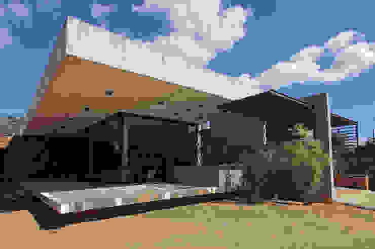 Casas modernas de COSTAVERAS ARQUITETOS Moderno