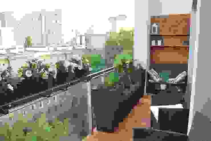 """Aranżacja balkonu """"po francusku"""" Ogrody Przyszłości Klasyczny balkon, taras i weranda"""