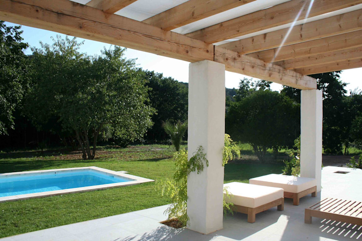 Terrace facing the garden with swimming pool FG ARQUITECTES Terrace