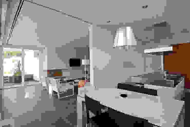 Big sliding door connecting kitchen and dinning room Modern Kitchen by FG ARQUITECTES Modern