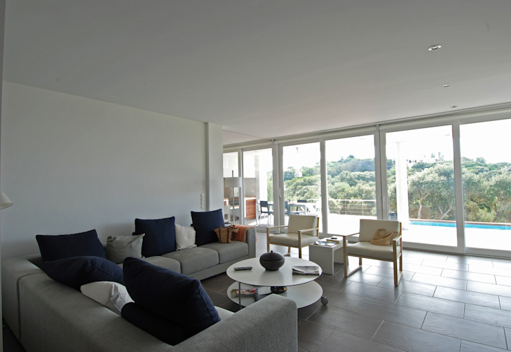 Living room connected with the terrace Modern Living Room by FG ARQUITECTES Modern