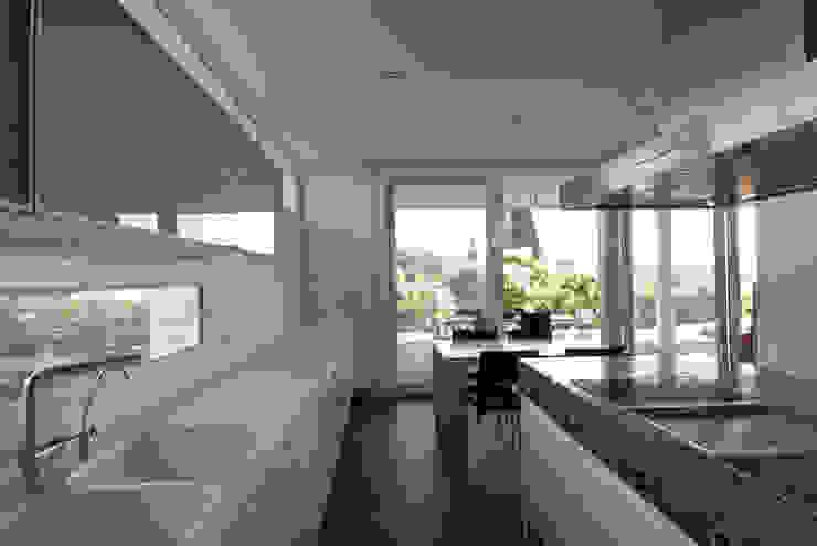 Kitchen facing the garden Modern Kitchen by FG ARQUITECTES Modern