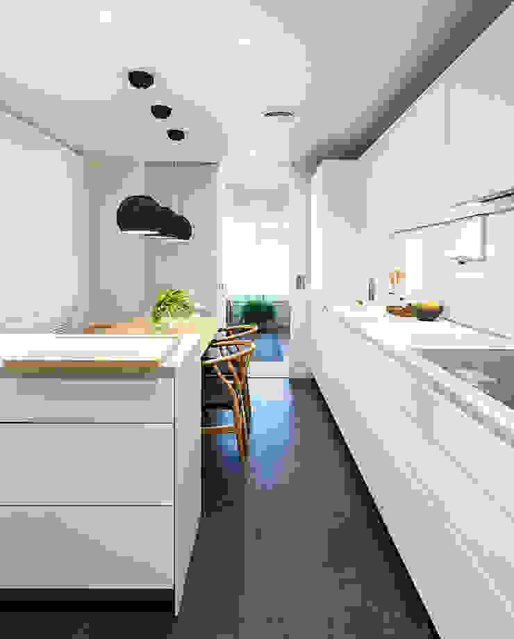 Modern kitchen by DyD Interiorismo - Chelo Alcañíz Modern