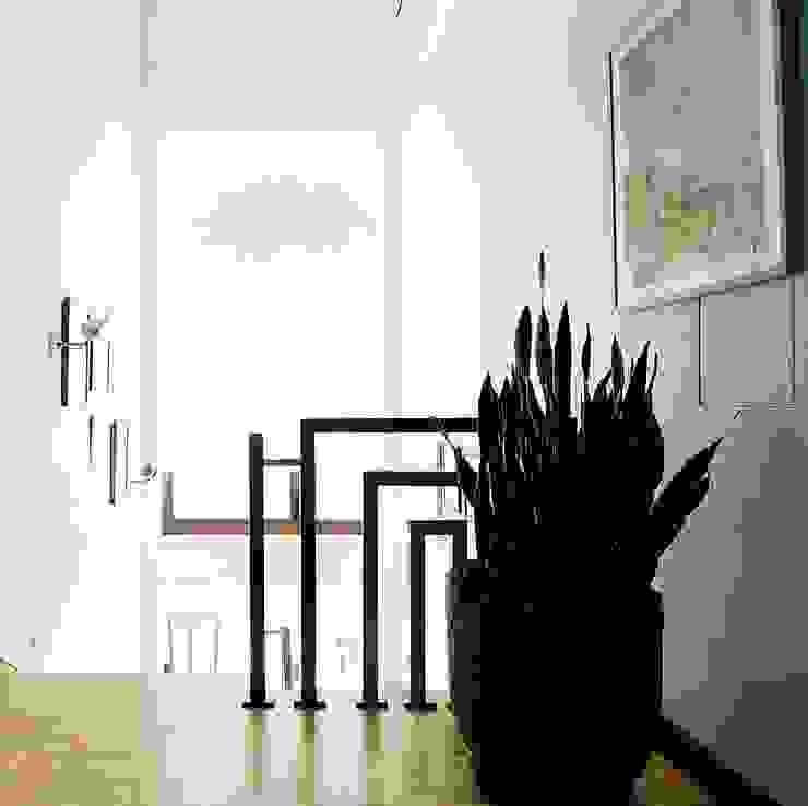 лестница Коридор, прихожая и лестница в стиле минимализм от Roomsbyme Минимализм