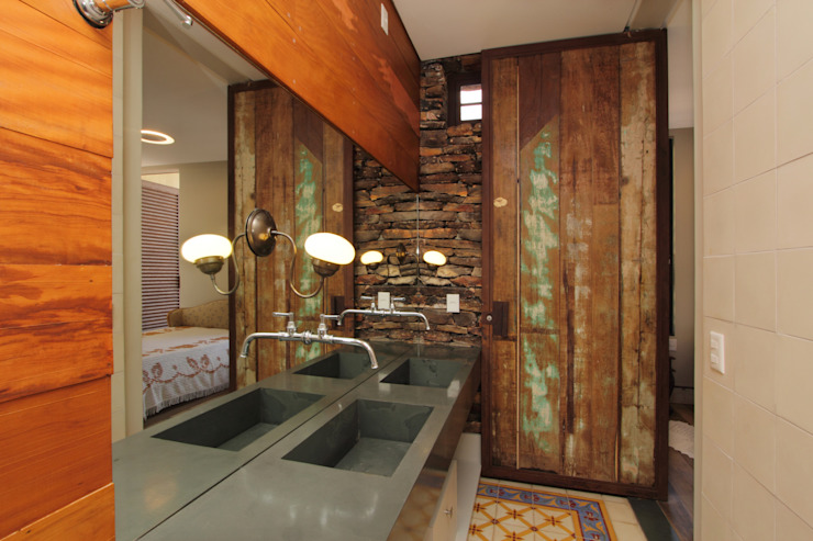 Rustic style bathroom by COSTAVERAS ARQUITETOS Rustic
