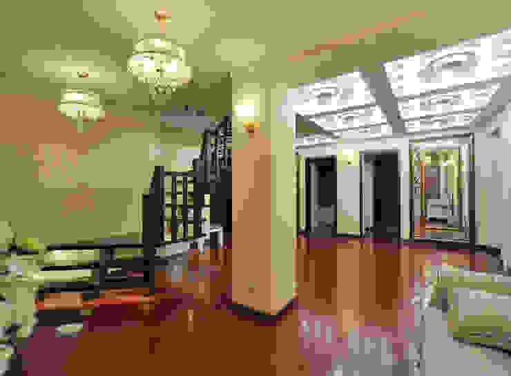 Реализация интерьера коттеджа 250м2 в Тюменской обл., город Тобольск. Коридор, прихожая и лестница в классическом стиле от Tutto design Классический