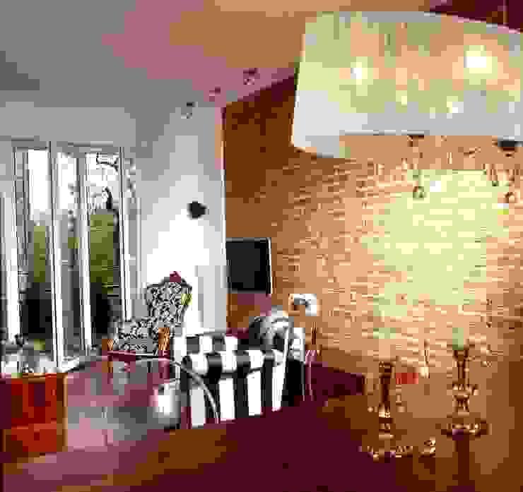 Salon z czerwoną cegłą Eklektyczny salon od living box Eklektyczny