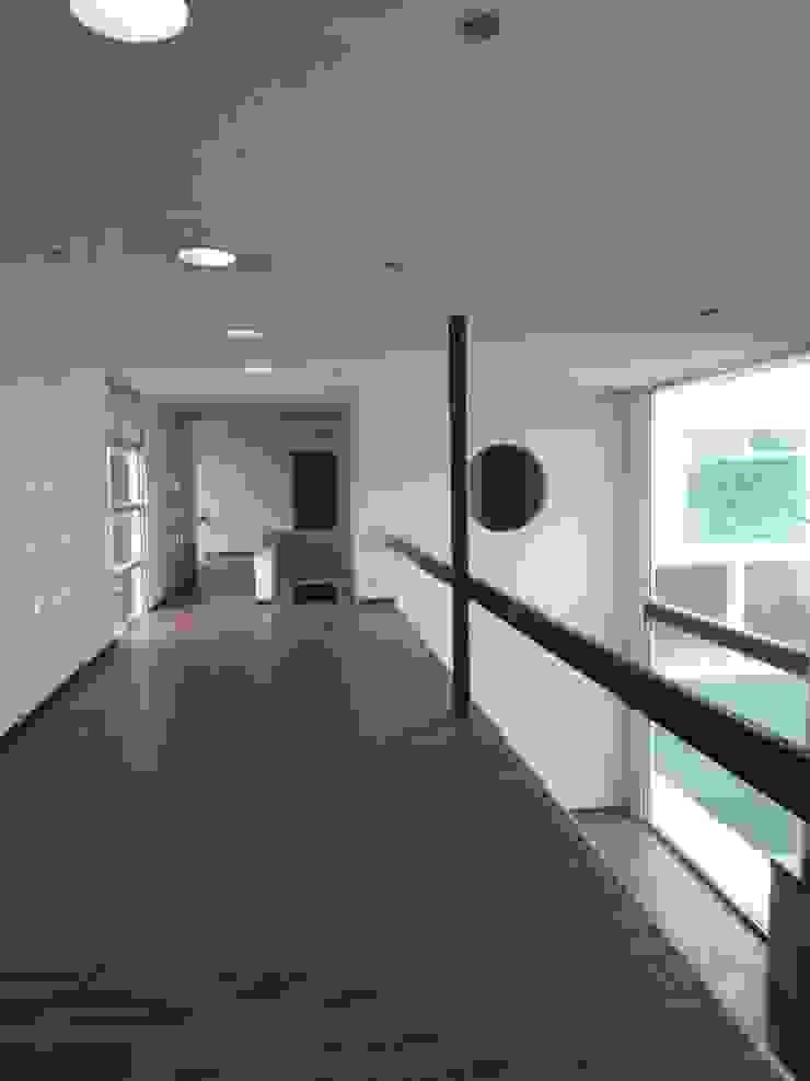 Residencia Country Club Pasillos, vestíbulos y escaleras modernos de Diseño Corporativo Moderno