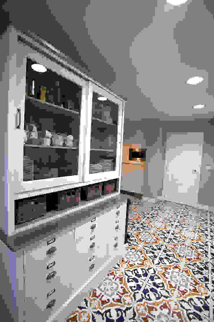 Modern dining room by hormak Modern