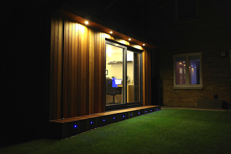 Garden Office with hidden storage shed built by Garden Fortress , Surrey モダンデザインの 書斎 の Garden Fortress モダン
