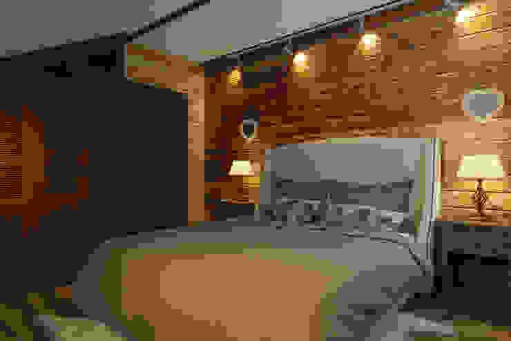 Хозяйская спальня 2 этаж , стиль шале Спальня в стиле кантри от Универсальная история Кантри