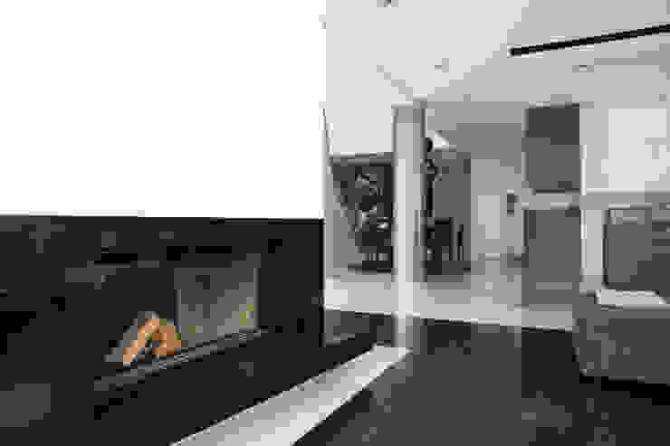 Salon z nowoczesnym kominkiem Minimalistyczny salon od living box Minimalistyczny