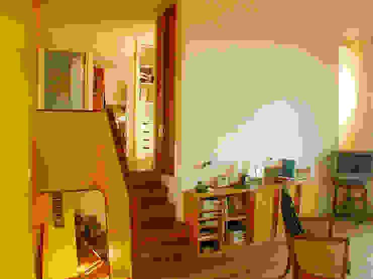 les demi niveaux Couloir, entrée, escaliers modernes par dominique tessier et associés Moderne