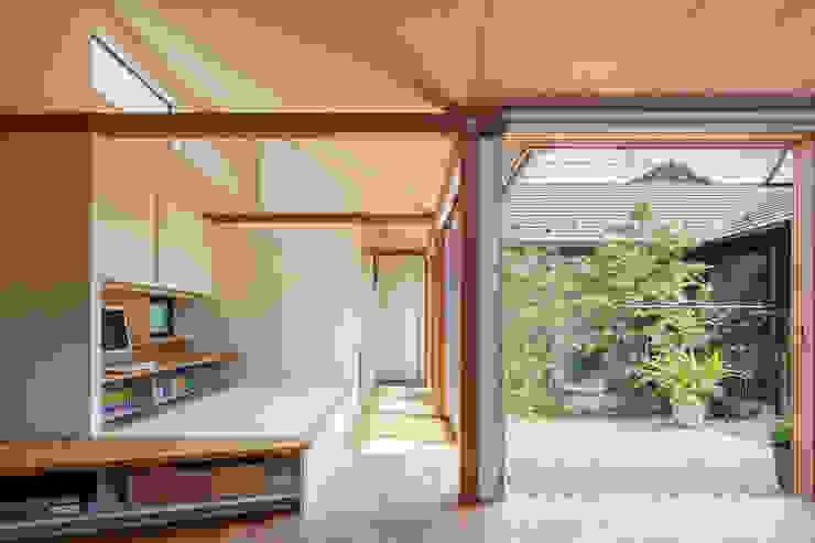 现代客厅設計點子、靈感 & 圖片 根據 株式会社リオタデザイン 現代風