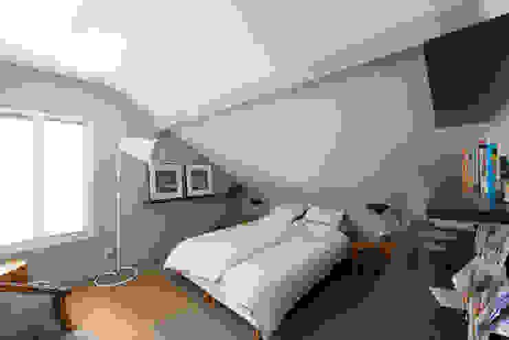 モダンスタイルの寝室 の Hélène de Tassigny モダン