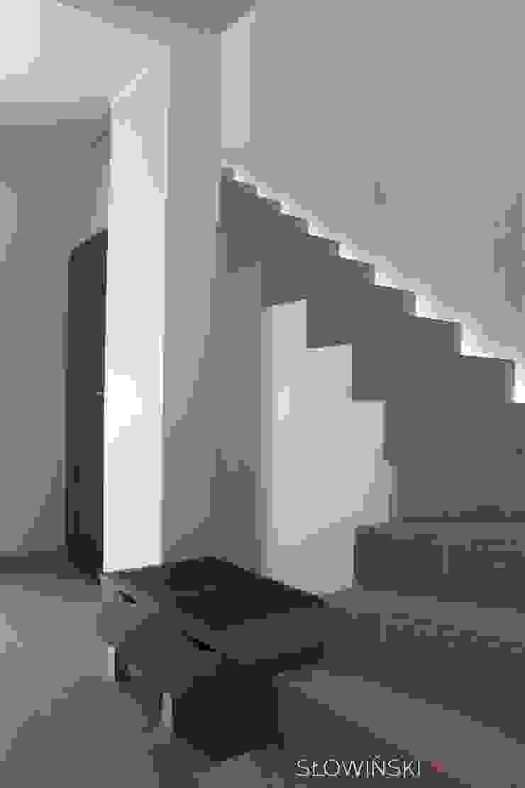 Segment w Łodzi Minimalistyczny korytarz, przedpokój i schody od Atelier Słowiński Minimalistyczny