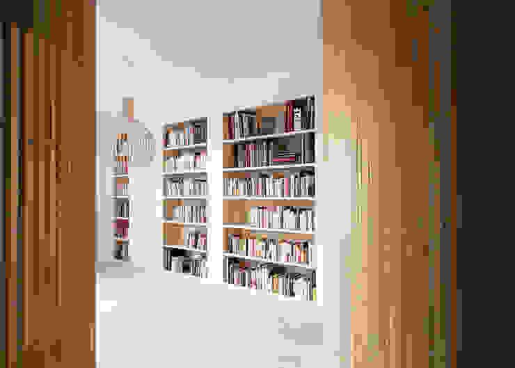 Flat N°4. A small ap Ruang Makan Modern Oleh Julien Joly Architecture Modern