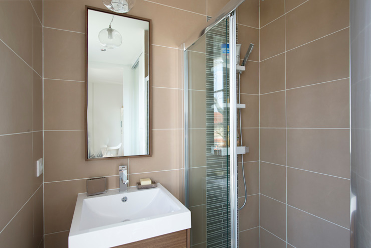 Modern bathroom by Hélène de Tassigny Modern