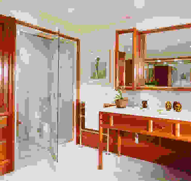 Chelsea Mahogany Bathroom designed and made by Tim Wood Casas de banho clássicas por Tim Wood Limited Clássico