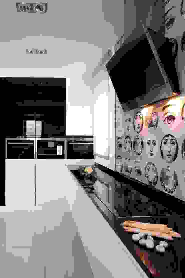 Kuchnia z tapetą Fornasetti Eklektyczna kuchnia od living box Eklektyczny