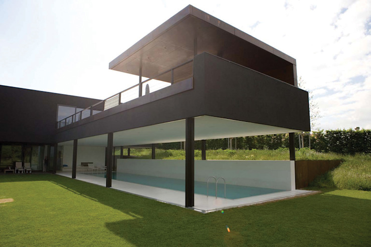 Descender Fronts merging the notion of indoor and outdoor pool. Modern Houses by homify Modern