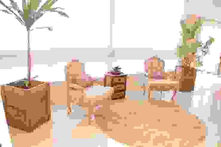 Projeto de Arquitetura de Interiores - Apartamento Família: Salas de estar  por Sarah & Dalira
