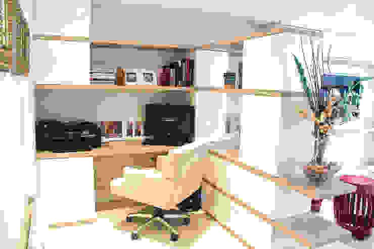 Projeto de Arquitetura de Interiores - Apartamento Família: Escritórios  por Sarah & Dalira