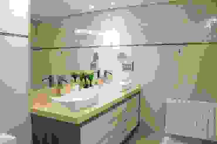 Projeto de Arquitetura de Interiores - Apartamento Família: Banheiros  por Sarah & Dalira