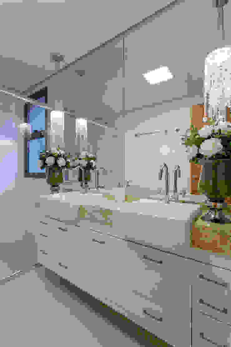 Apartamento Ribeirão Preto Banheiros modernos por Designer de Interiores e Paisagista Iara Kílaris Moderno