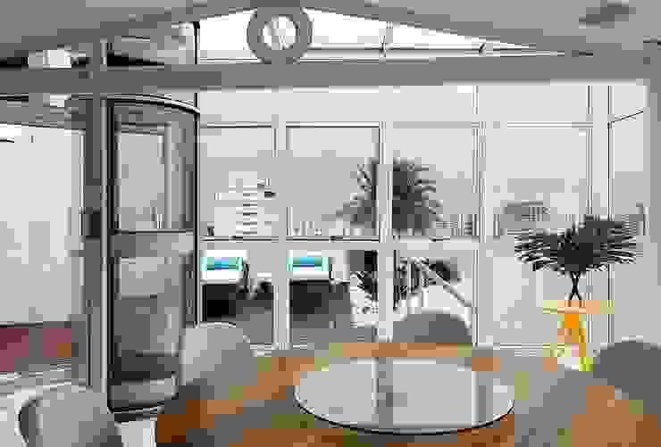 Modern balcony, veranda & terrace by STUDIO CAMILA VALENTINI Modern