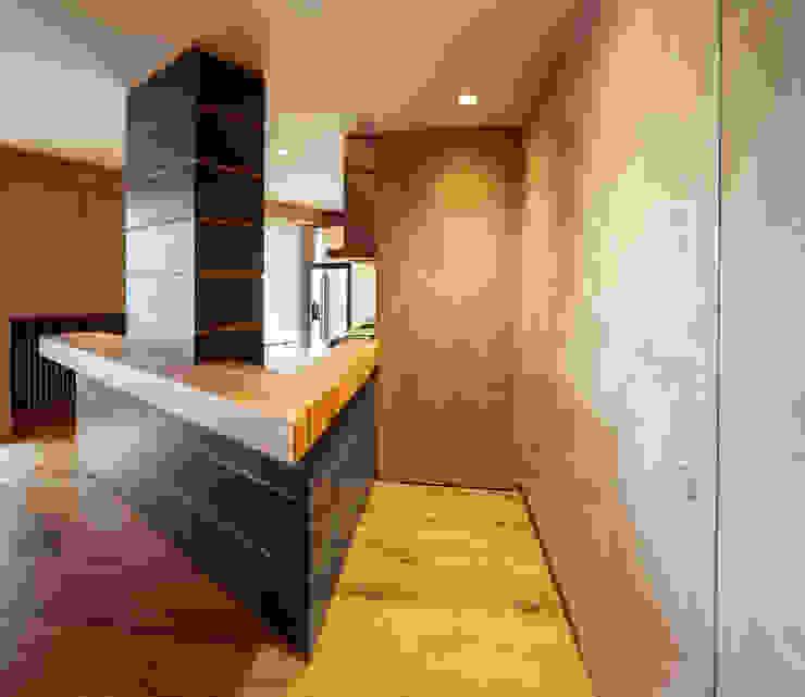 Abbandonare l'impronta tradizionale senza rinunciare ad un ambiente caldo e confortevole Ingresso, Corridoio & Scale in stile minimalista di AMlab Minimalista