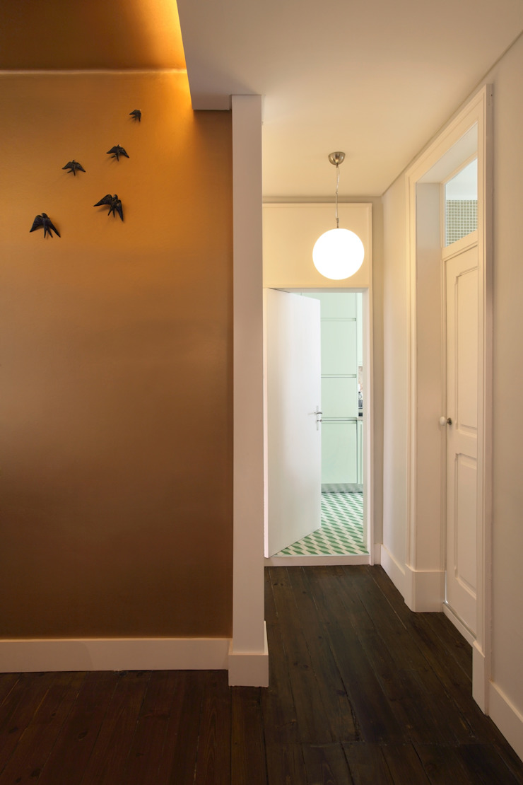 Eclectic style corridor, hallway & stairs by Tiago Patricio Rodrigues, Arquitectura e Interiores Eclectic