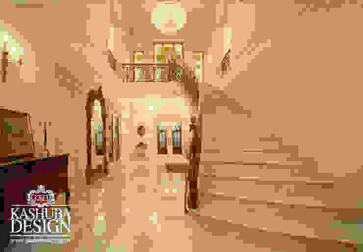 Couloir, entrée, escaliers classiques par KASHUBA DESIGN Classique