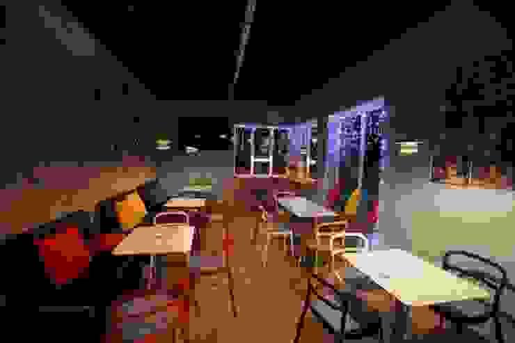 Lampa filiżanka - projekt kawiarni Milanówek - przystanek cafe od Profizorka Minimalistyczny