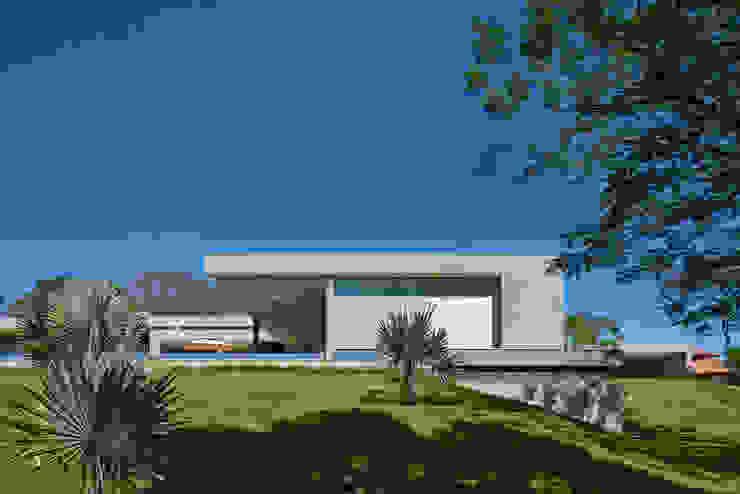 Fachada lateral, Casa Amendoeiras. Casas modernas por Beth Marquez Interiores Moderno