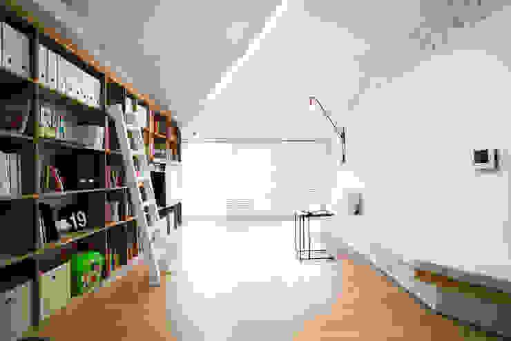 Living room by 지오아키텍처, Modern