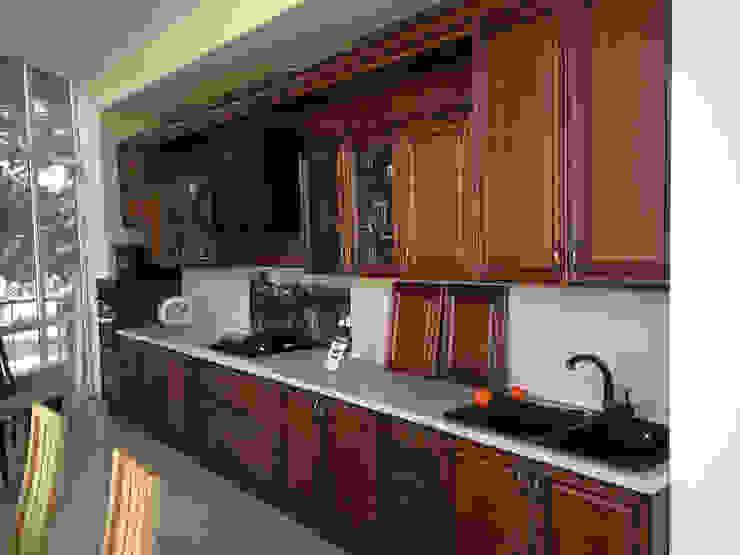 Неоклассика в кухне и гостиной Кухня в классическом стиле от Москоу Дизайн Классический