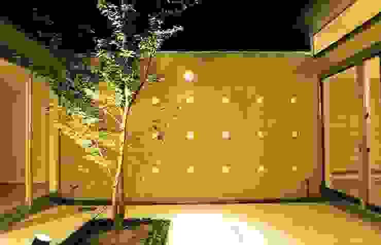 中庭の夜景 モダンな庭 の 三浦尚人建築設計工房 モダン タイル