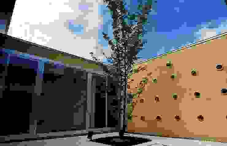 中庭 モダンな庭 の 三浦尚人建築設計工房 モダン タイル