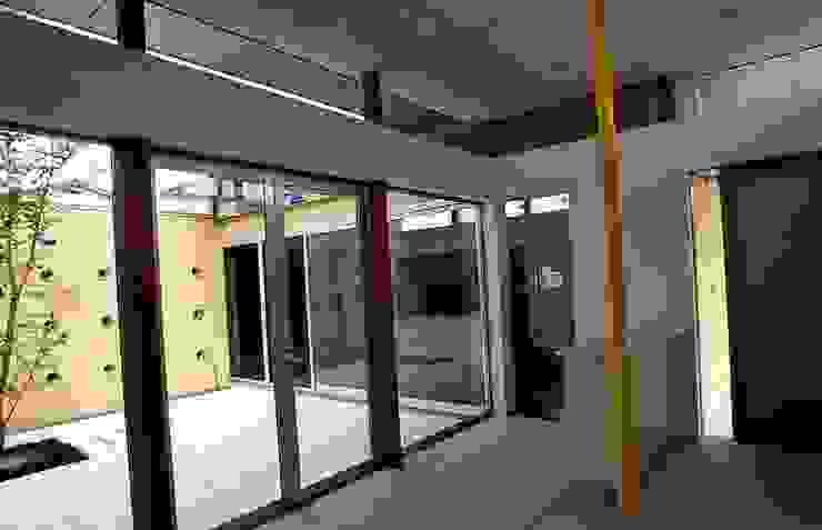玄関ホールから中庭を見る モダンスタイルの 玄関&廊下&階段 の 三浦尚人建築設計工房 モダン 花崗岩