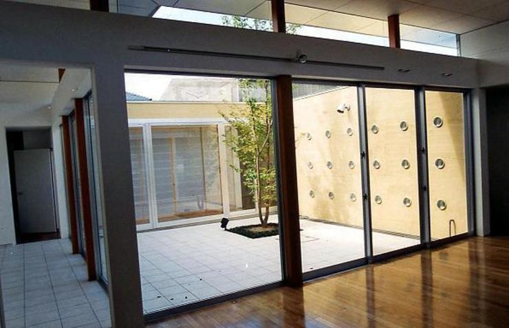 リビングから中庭を見る モダンデザインの リビング の 三浦尚人建築設計工房 モダン 無垢材 多色