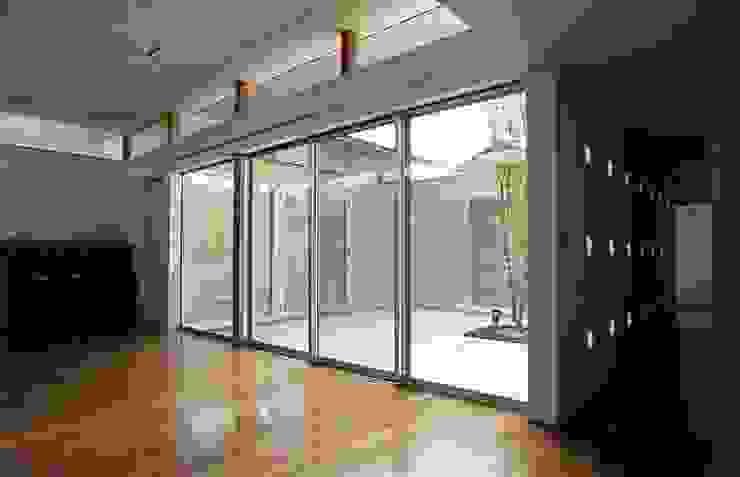 ダイニングから中庭を見る モダンデザインの ダイニング の 三浦尚人建築設計工房 モダン 無垢材 多色